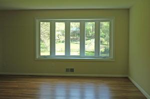 Comment décorer une fenêtre avec des rideaux et stores en bois
