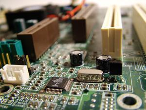 Comment faire pour supprimer un condensateur soudé à une carte de circuit imprimé