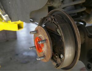 Comment réparer une ligne de frein sur une Escort 85