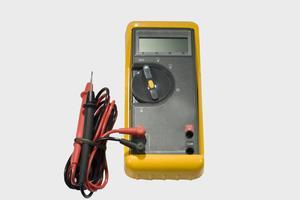 Comment utiliser un multimètre pour vérifier le flux de courant à un amplificateur stéréo de voiture