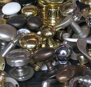Où trouver les poignées de tiroir pour les meubles de chambre antique