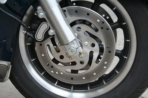 Comment remplacer les freins sur une Harley-Davidson