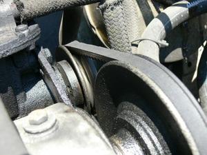 Comment remplacer la courroie serpentine sur un Ford Explorer 1997