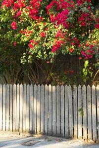 Comment faire pour installer une clôture de protection sur une pente