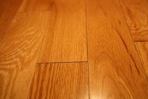 Comment Êtes-vous enlever la colle D'un support en mousse sur un plancher de bois franc?