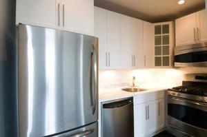 La porte ne tient pas fermée sur le congélateur et réfrigérateur