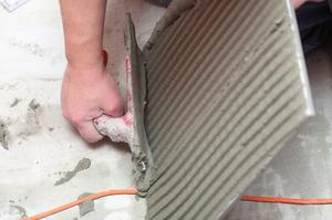 Comment faire pour installer les carreaux de mur en travertin
