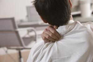 la douleur de l'ordinateur liés dos et l'épaule