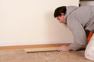 Comment faire pour supprimer Old Vinyl Revêtement de Sol Carrelage de la surface d'un sous-plancher existant