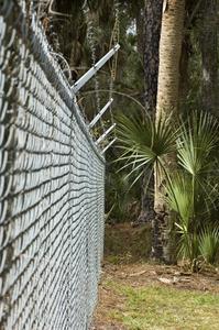Comment installer le câble de tension sur clôture grillagée
