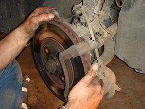 Comment changer les freins à disques en une Kia Optima