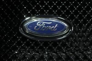 Comment prendre les lignes de transmission hors du radiateur sur une Ford Taurus 97