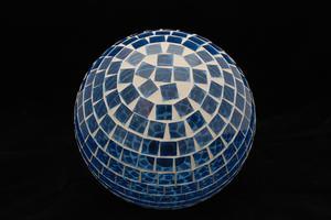 Comment faire une boule mosaïque regardant