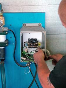 Comment faire pour installer un nouveau disjoncteur dans un panneau principal existant