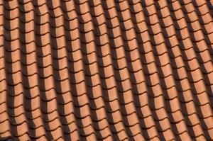 Comment puis-je trouver une fuite sur la toiture de tuiles?
