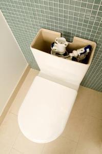 Comment nettoyer l'intérieur d'un réservoir de la toilette
