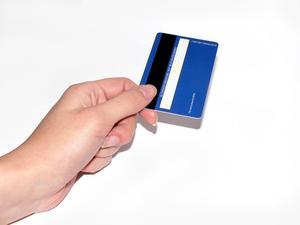 Comment fixez-vous la bande magnétique d'une carte de crédit?