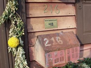La hauteur standard à accrocher une boîte aux lettres à montage mural