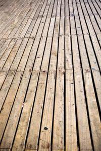 Comment faire pour restaurer un pont de bois endommagée par le soleil