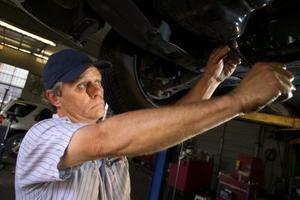 Comment remplacer la roue avant Studs sur un Accord 2001