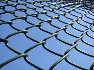 Comment installer le câble de base sur une clôture grillagée