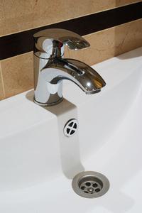 Comment faire pour mettre mur moulage autour d'une seule pièce pour bain et douche