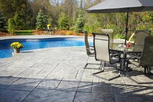 Comment refaire surface un patio en béton avec de la peinture en caoutchouc