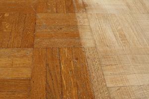 comment colle vers le bas un parquet plancher de bois. Black Bedroom Furniture Sets. Home Design Ideas