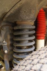 Comment remplacer un absorbeur de choc sur une Jeep Cherokee Sport