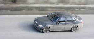 Comment puis-je charger une batterie BMW 525?