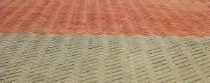 Comment faire pour installer les pavés en caoutchouc sur le béton