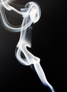 Ways ménages pour se débarrasser de la fumée sur un canapé en cuir