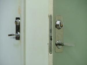 Comment installer des portes métalliques
