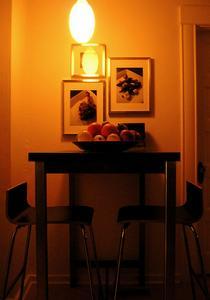 table hauteur comptoir contre la table de hauteur standard. Black Bedroom Furniture Sets. Home Design Ideas