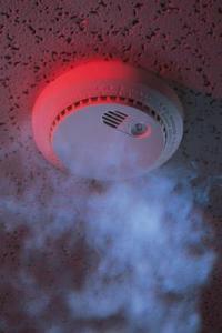 Pourquoi mon détecteur de fumée électrique émet un signal sonore après le retrait de la batterie?