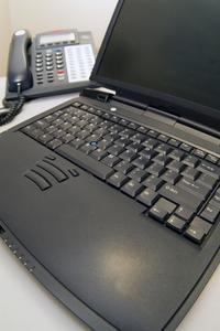 Comment faire pour installer un écran LCD dans un Presario V6000